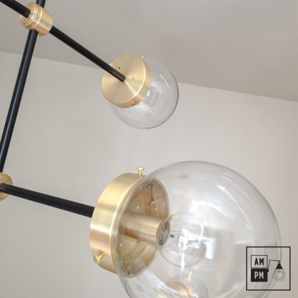 luminaire-plafonnier-moderne-sur-tiges-globes-kriss-kross-noir-laiton-A3C20-1